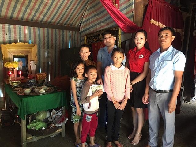 Trước đó, Báo Dân trí cũng đã tiếp tục trao số tiền 4.200.000 đồng cho gia đình chị Đinh Thị Hạnh