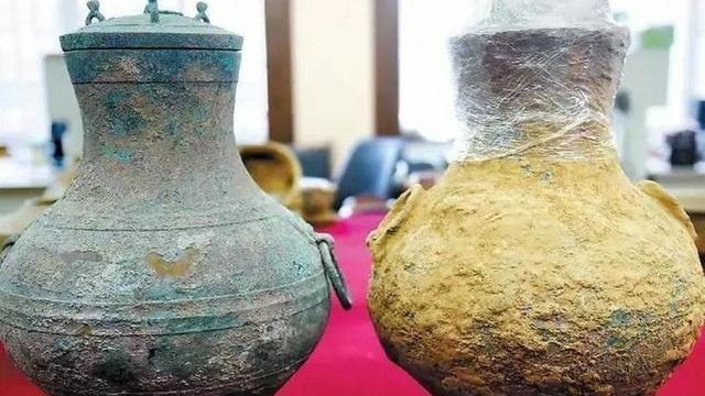 Hai chiếc bình đồng cổ được tìm thấy trong khu mộ được cho là có từ cuối triều Tây Hán. (Nguồn: Baidu)