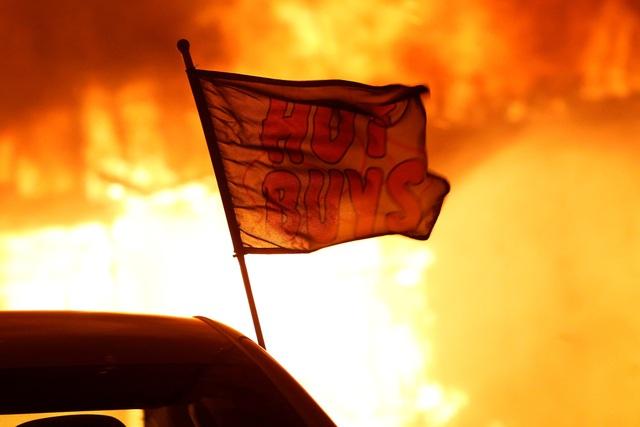 Ngọn lửa trong vụ cháy rừng có tên Camp Fire bùng cháy vào sáng ngày 8/11, lan truyền nhanh với tốc độ khủng khiếp qua hạt Buttle với tốc độ tương đương với 80 sân bóng đá mỗi phút. Cho tới nay, lửa đã thiêu rụi hơn 8.000 héc-ta đất, làm bị thương các lính cứu hỏa và cư dân, buộc các bệnh viện và trường học phải di tản.