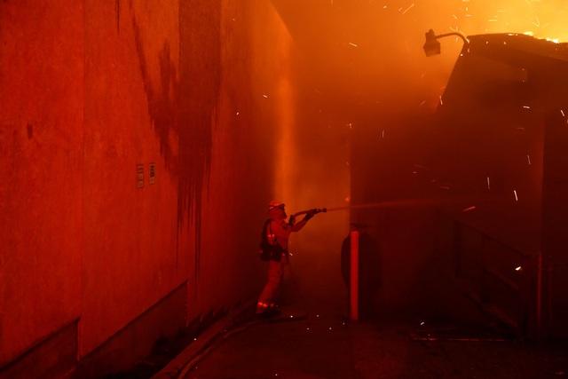 Hơn 2.200 lính cứu hỏa đang kìm chế ngọn lửa và đến tối muộn ngày 8/11, khu vực Camp Fire vẫn chưa thể được kiểm soát, theo thông báo của cơ quan cứu hỏa và bảo vệ rừng bang California.
