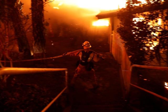 Ngọn lửa lan từ khu vực hẻo lánh tới khu vực tập trung đông dân cư, lan từ Pulga tới Concow và phá hủy hàng loạt các ngôi nhà ở Paradise, thị trấn có khoảng 26.000 người sinh sống nằm cách 137 km với Sacramento.