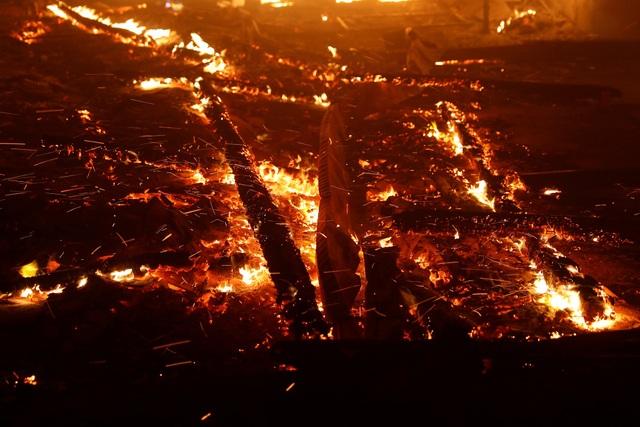 California sáng ngày 9/11 đã phát đi cảnh báo đỏ, nghĩa là lực lượng cứu hỏa đang phải đối mặt với gió mạnh và độ ẩm thấp khiến ngọn lửa bùng lên ngày càng nhanh. Giới chức bang này lo ngại rằng với điều kiện hiện tại, lửa có thể bùng tới Chico, thành phố có dân số 90.000 người.