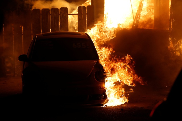 Clunies-Ross bị tụt lại ở đằng sau vì cô còn bận thu dọn các đồ dùng cần thiết mà không nhận ra nguy hiểm đã cận kề. Lửa đã lan tới sân trước nhà cô khoảng 30 phút và cô không thể di chuyển ra xe. May mắn cho Ross, một người đàn ông lạ mặt đã xuất hiện và dập bớt lửa để cô có thể đi ra xe.