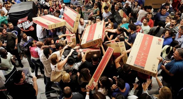 Trong ngày này, rất nhiều sản phẩm được giảm giá mạnh, khiến người mua thậm chí phải giành giật nó với những người khác.