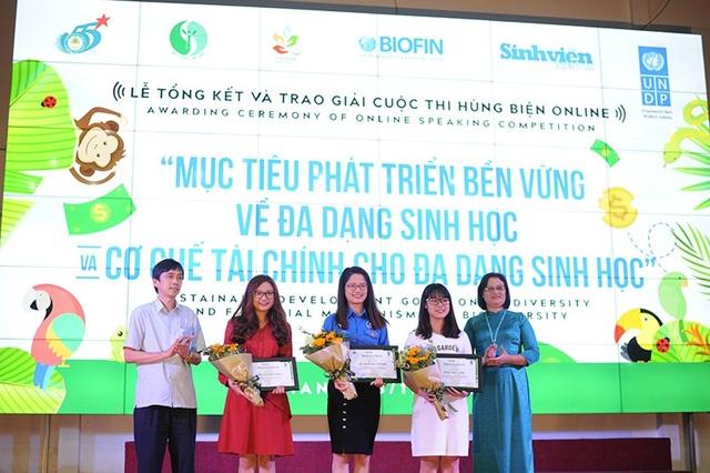 Ông Nguyễn Huy Lộc – Tổng Biên tập báo Sinh Viên Việt Nam trao giải cho các sinh viên