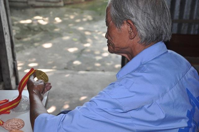 Vì cuộc sống mưu sinh nên bác Hiền đã gần 70 tuổi nhưng phải đi xin làm bảo vệ để kiếm bữa cơm, bữa cháo cho con.