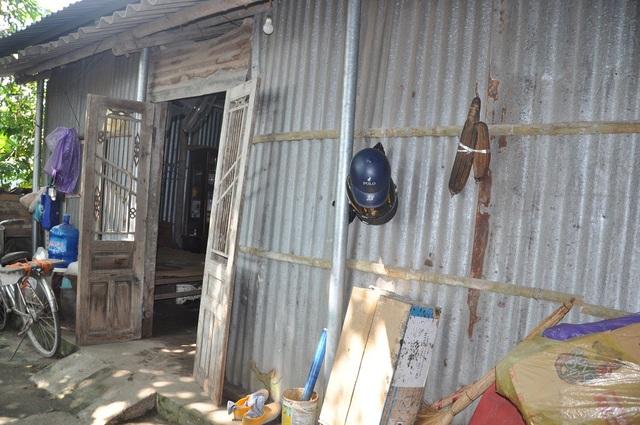 Ngôi nhà nơi gia đình Hồng đang sinh sống được dựng tạm trên đất của xã.