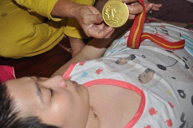 Hồng tiếc nuối về quá khứ, khi em đã từng đạt Huy chương vàng của cuộc thi Karatedo cấp TP. Hà Nội.