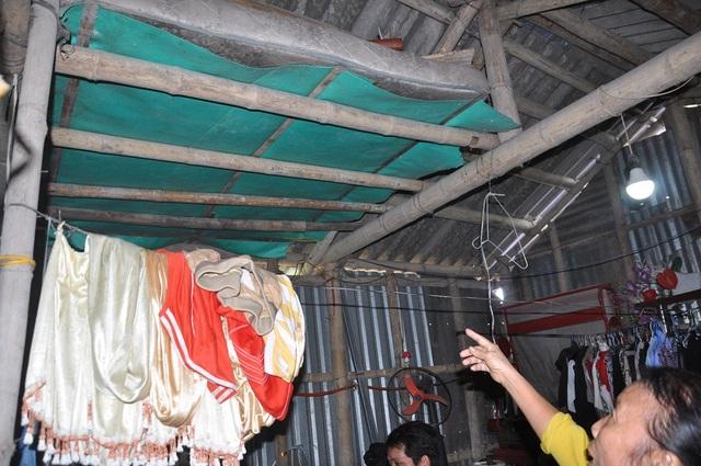Mẹ Hồng chỉ vị trí mà rắn hổ mang xuất hiện khi Hồng đang nằm trong nhà.