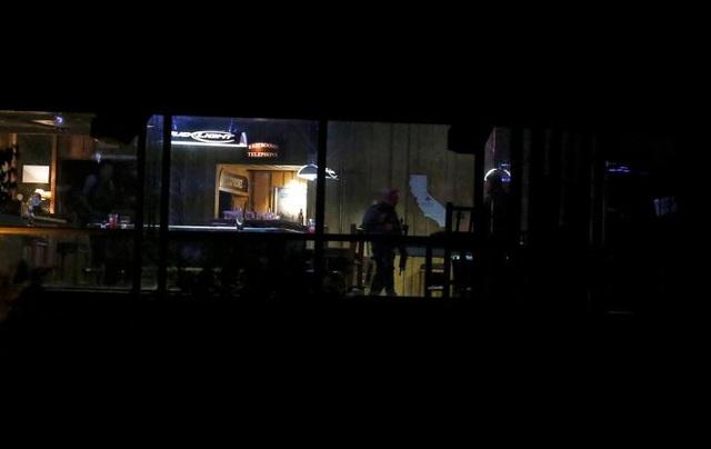 Cảnh sát bên trong quán bar, nơi xảy ra xả súng (Ảnh: Reuters)