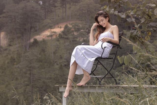 Tất cả trang phục đều mang màu trắng chủ đạo mang đến vẻ tinh khôi, nhẹ nhàng. Người đẹp chỉ trang điểm nhẹ, mái tóc thả tự nhiên khi thực hiện shoot hình.
