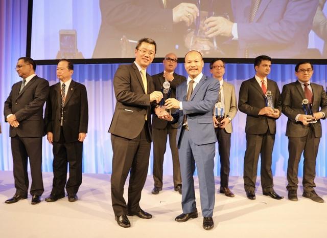 Ông Lữ Thành Long - Chủ tịch HĐQT Công ty Cổ phần MISA đại diện cho tập thể 1.500 nhân sự của công ty đón nhận giải thưởng quốc tế ASOCIO Outstanding ICT Company Award 2018 tại Tokyo, Nhật Bản.