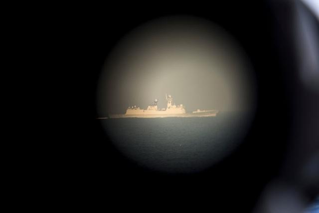 Một tàu hộ vệ của Trung Quốc được quan sát qua ống nhòm trên tàu Chancellorsville của Mỹ năm 2016. (Ảnh: New York Times)
