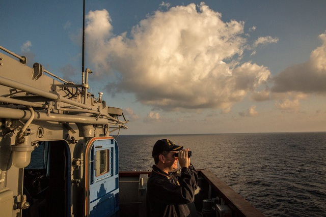 Sĩ quan Hải quân Mỹ trên tàu tuần dương Chancellorsville tại Biển Đông năm 2016. (Ảnh: New York Times)