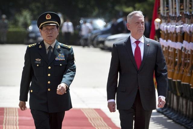 Bộ trưởng Quốc phòng Trung Quốc Ngụy Phượng Hòa và người đồng cấp Mỹ Jim Mattis. (Ảnh: New York Times)