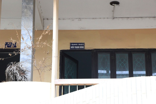 Nhiều phòng của đơn vị, cơ quan bị bỏ hoang, cửa mở toang hoang...