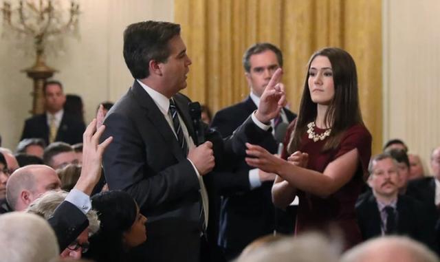 Nữ thực tập sinh Nhà Trắng đã tìm cách lấy lại micro của phóng viên Jim Acosta trong cuộc họp báo của Tổng thống Trump. (Ảnh: Reuters)