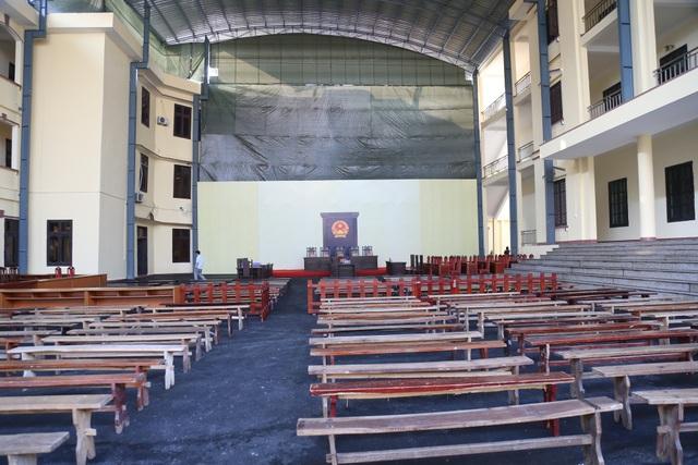 Do phiên tòa có số lượng người tham gia đông nên TAND tỉnh Phú Thọ đã tổ chức phòng xử án tại sân tòa, có diện tích gần 1.000m2.