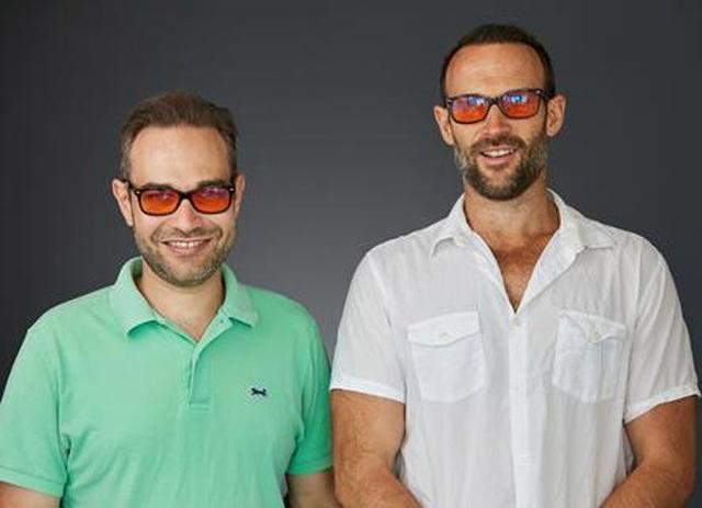 Hai đồng sáng lập thương hiệu kính Swanwick Sleep: Tristan (trái) và James Swanwick. Ảnh: Swanwick Sleep.