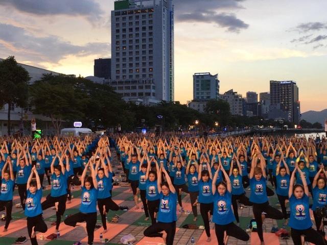 """Sự kiện """"Ngày Quốc tế Yoga 2018"""" do Bảo Việt Nhân thọ tổ chức đã thu hút hơn 8.000 người tham gia đồng diễn"""