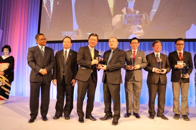 Ông Nguyễn Xuân Phong (Phó Hiệu trưởng Trường ĐH FPT, FPT Edu) nhận giải thưởng Đơn vị Đào tạo Công nghệ Thông tin xuất sắc năm 2018 do ASOCIO trao tặng.