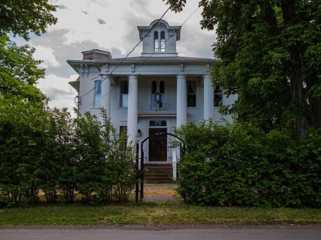 Ông Tony McMurtrie, chủ sở hữu hiện tại của biệt thự đã phải mất tới 11 năm để cải tạo nó theo hướng hiện đại, tiện nghi hơn mà vẫn giữ được nét kiến trúc cổ kính.
