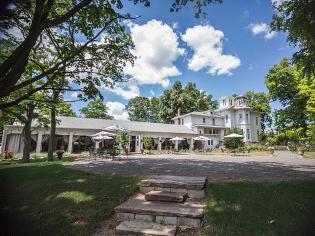 Đây vừa là nơi ở, vừa phục vụ như một điểm cho thuê để tổ chức các lễ cưới hoặc sự kiện.