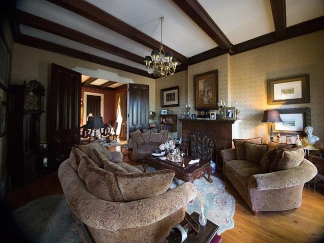 Bên trong biệt thự, ông Tony vẫn giữ lại khá nhiều đồ nội thất và kiến trúc cổ từ thời Victoria.