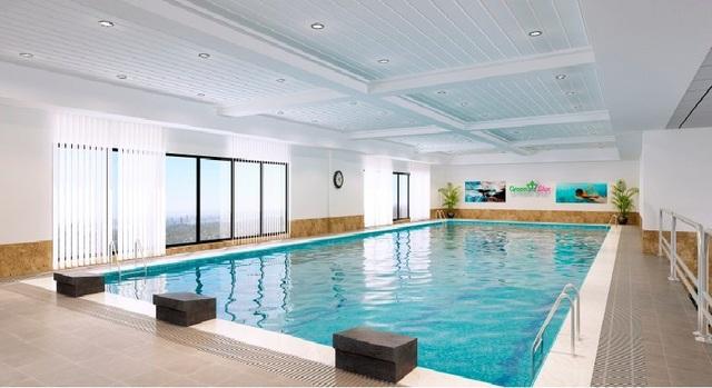 Bể bơi bốn mùa với hệ thống lọc nước tự động, hiện đại.