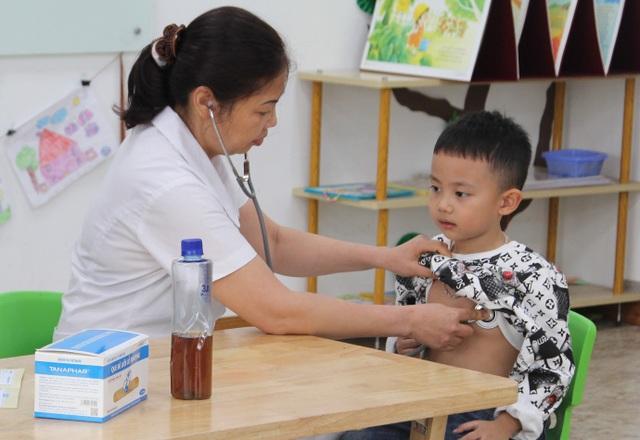 Khám sức khỏe định kỳ cho học sinh.