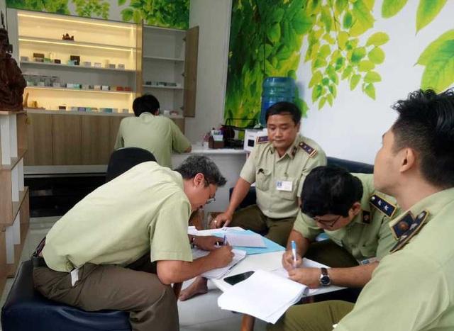 Lực lượng quản lý thị trường kiểm tra cửa hàng kinh doanh thuốc lá