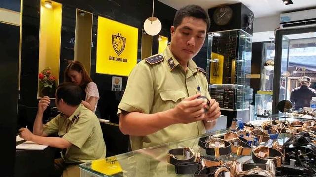 Lực lượng chức năng kiểm tra tại cửa hàng kinh doanh đồng hồ trên đường Lê Thị Riêng