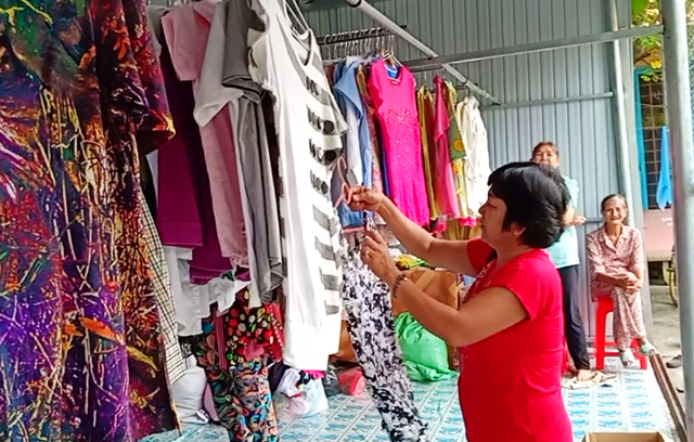 Tại bếp ăn này, Hội cựu giáo chức TP Sa Đéc còn mở một quầy quần áo cũ, phục vụ miễn phí cho những ai có nhu cầu về quần áo.