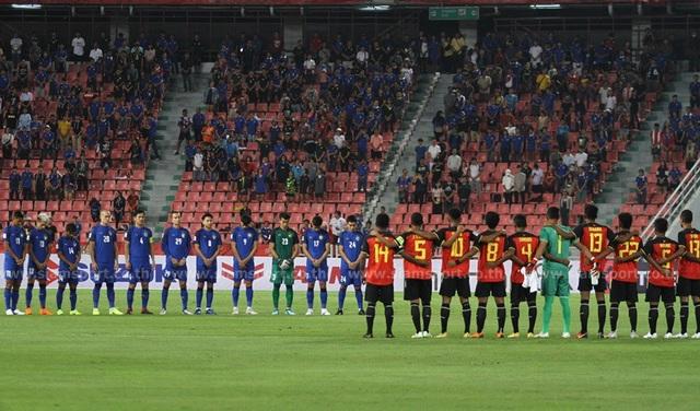 Hai đội dành 1 phút tưởng niệm ông chủ của Leicester City, Vichai Srivaddhanaprabha