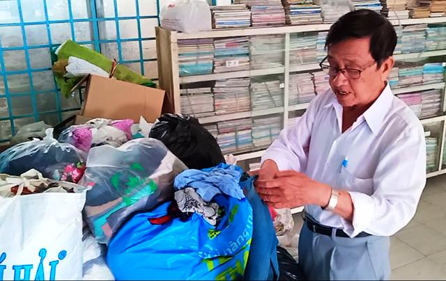 Khi có nhiều người cho quần áo, ông Nguyễn Văn Mốt - Chủ tịch Hội Cựu giáo chức TP Sa Đéc liên hệ đến các địa phương khác biếu lại để có thêm nhiều người khó khăn được nhận quần áo