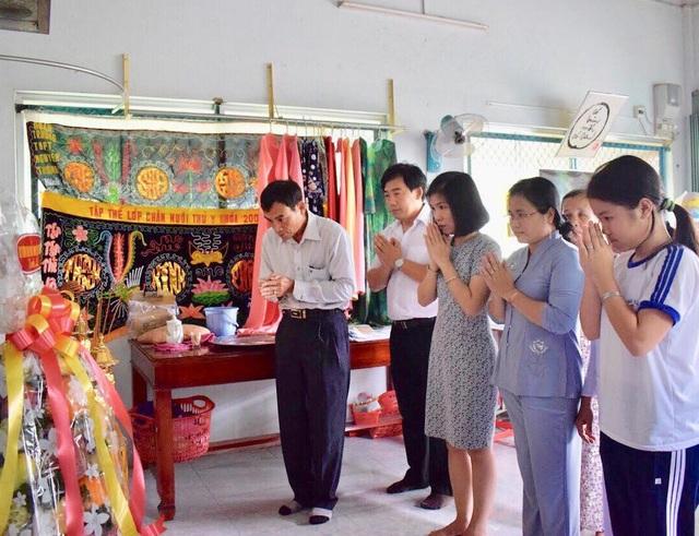 Đại diện Văn phòng Chính phủ thắp hương tri ân thầy Huỳnh Văn Thế