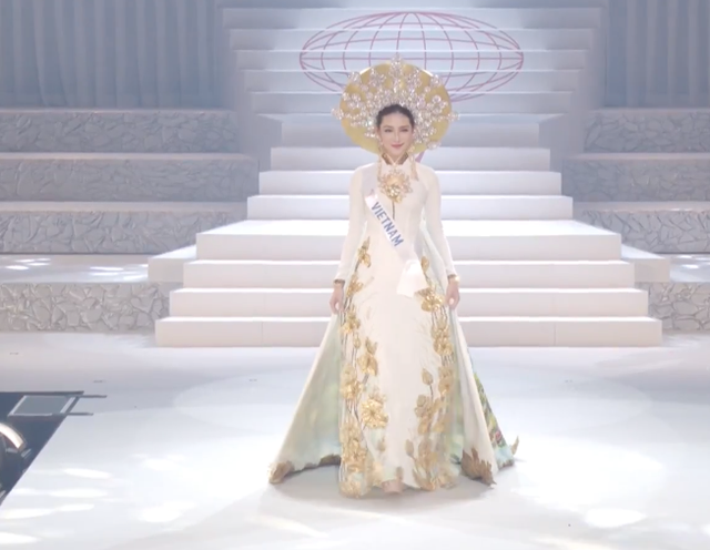 Thuỳ Tiên với bộ trang phục dân tộc tại chung kết Miss International 2018.