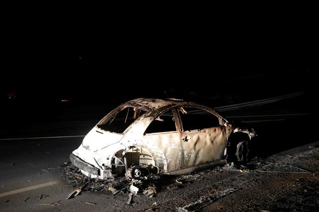 """Tuy nhiên, Ross vẫn chưa thể an toàn. Cô lái xe xuyên qua một con đường lớn khi bầu trời đã đỏ rực lên vì lửa cháy dữ dội từ xa. Trên con đường thoát thân, cây cối bắt đầu bốc cháy dữ dội và đổ sập xuống. """"Tôi gọi điện, bật khóc thông báo với chồng và mong có thể thoát ra"""", Ross hồi tưởng. Cô đã may mắn thoát ra khỏi """"chảo lửa"""" sau đó."""