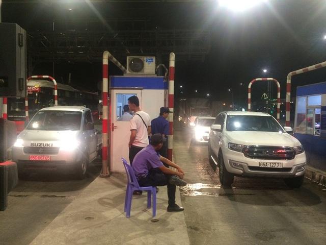 Đến khoảng 20h, có 02 xe đi từ An Giang về hướng Cần Thơ cho nằm ì tại khu vực thu phí