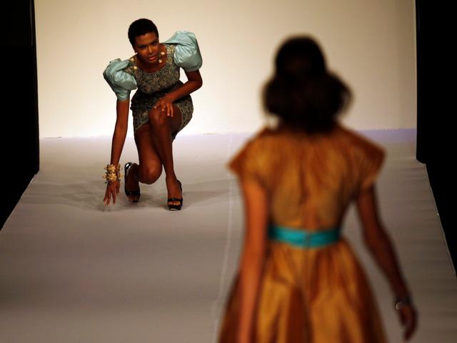 Người mẫu tự lấy lại thăng bằng khi loạng quạng trong show trình diễn ở Mexico City 2009.