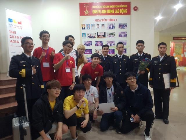 Đội dự thi Học viện Hải quân Nha Trang giao lưu với các đội thi quốc tế
