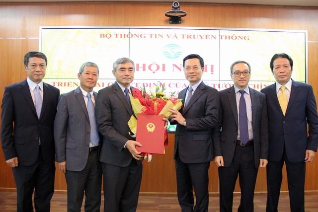 Bộ trưởng Nguyễn Mạnh Hùng trao quyết định công tác cán bộ cho Thứ trưởng Nguyễn Minh Hồng. Ảnh: Bộ TT&TT
