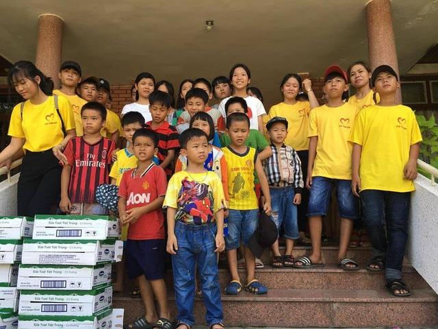 Cô cùng CLB còn tổ chức cho các em đi thăm và tặng quà tại các trại trẻ mồ côi
