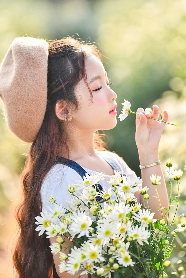 Hà Linh là một người mẫu nhí, nàng thơ nhỏ tuổi của nhiếp ảnh Lê Xuân Bách.