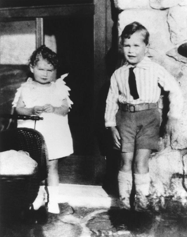 George H.W. Bush chụp ảnh với em gái Mercy vào năm 1929. Ông Bush sinh ngày 12/6/1924 tại Milton, bang Massachusetts, Mỹ. Cha ông là Prescott Bush, một lãnh đạo ngân hàng có tiếng tại Phố Wall và trở thành thượng nghị sĩ Mỹ vào năm 1952. (Ảnh: AFP)
