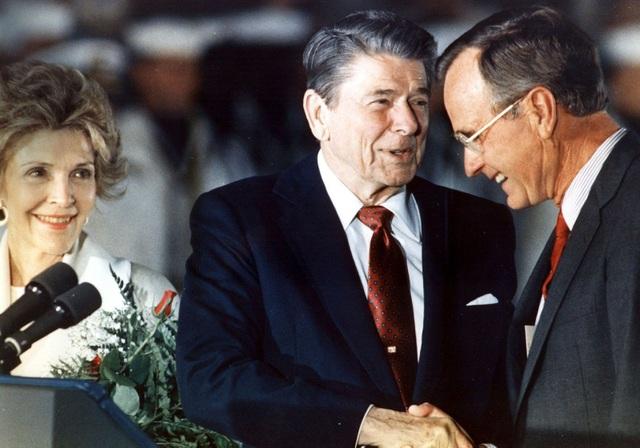 Tổng thống Ronald Reagan bắt tay ông Bush vào năm 1988. Ông Bush giữ chức phó tổng thống trong 2 nhiệm kỳ của ông Reagan, từ năm 1981-1989, trước khi kế nhiệm ông Reagan. (Ảnh: AFP)