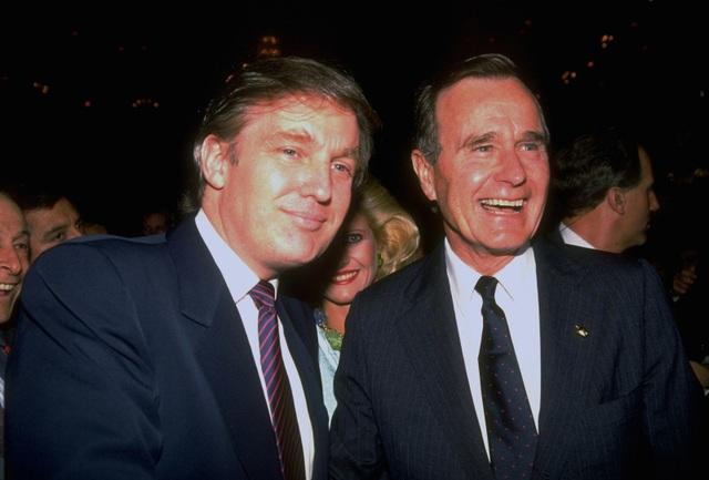 Ông Bush chụp ảnh với ông trùm bất động sản và tổng thống Mỹ tương lai Donald Trump trong sự kiện tranh cử năm 1988. (Ảnh: LIFE Picture Collection)