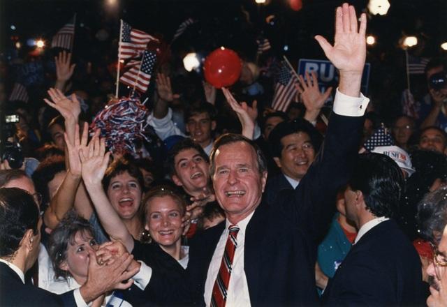 Ông Bush ăn mừng chiến thắng với những người ủng hộ tại Houston vào năm 1988. (Ảnh: Getty)