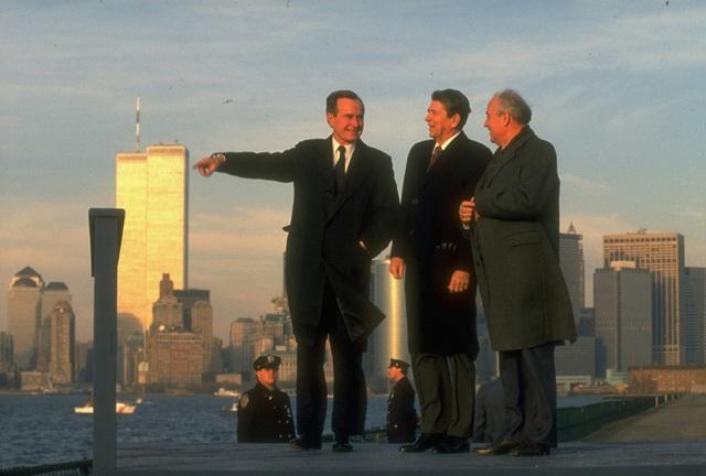 Lãnh đạo Liên Xô Mikhail Gorbachev đứng cạnh Tổng thống Reagan và phó Tổng thống Bush vào năm 1988. (Ảnh: LIFE Picture Collection)