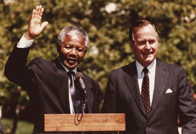 Cựu Tổng thống Mỹ đón ông Nelson Mandela, nhà lãnh đạo tương lai của Nam Phi, tại Nhà Trắng năm 1990. (Ảnh: AFP)